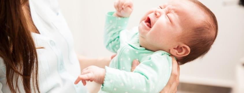 Ihr Baby schläft nicht: Woran es liegt und was Sie tun können